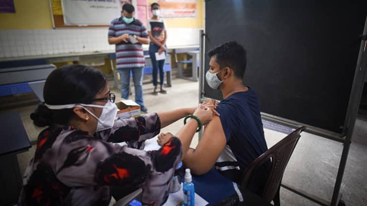 Một nhân viên y tế tiêm một liều vắc xin Covid-19 cho một người thụ hưởng, tại một trung tâm tiêm chủng, vào ngày 10 tháng 6 năm 2021 ở New Delhi, Ấn Độ.