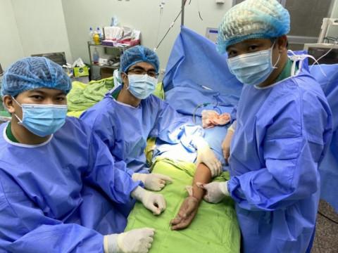 Bệnh viện Đa khoa Trung ương Cần Thơ nối bàn tay đứt lìa cho nam thanh niên