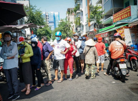 TP.HCM: Xếp hàng cả chục mét chờ mua heo quay cúng Tết Đoan Ngọ