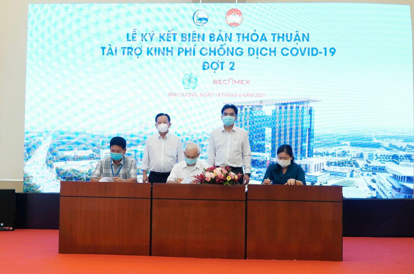 Tổng Công ty Becamex IDC ký kết thỏa thuận tài trợ kinh phí phòng chống dịch Covid-19 với UB.MTTQVN tỉnh và Sở Y tế.