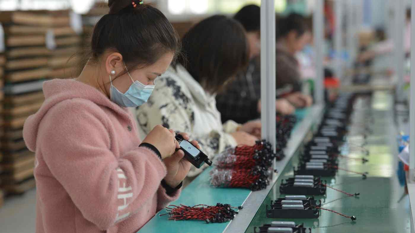 Dây chuyền sản xuất tại một nhà sản xuất thiết bị điện tử ở Phụ Dương, Trung Quốc, trong ảnh ngày 16/4: Nguồn cung lao động dồi dào và chi phí lao động thấp hơn của Đông Á khiến khu vực này trở thành điểm ngọt cho các khoản đầu tư vào chuỗi giá trị toàn cầu. © Sipa / AP