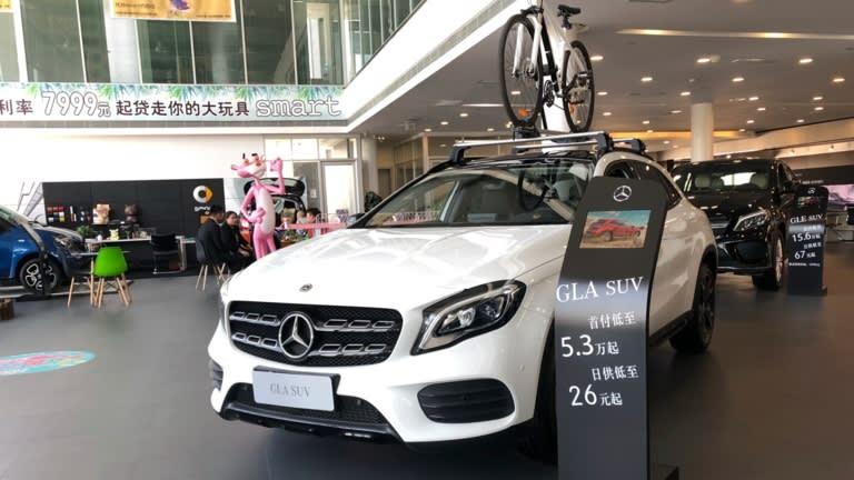Xe Mercedes-Benz được trưng bày tại một phòng trưng bày ở Lan Châu, Trung Quốc, trong ảnh vào tháng 4 năm 2019: Việc có mặt ở Đông Á đã trở thành một điều cần thiết để đạt được lợi ích từ tiềm năng của người tiêu dùng. © Imaginechina / AP