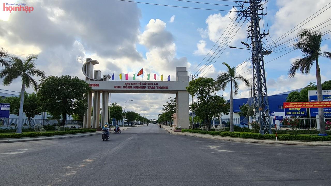Khu công nghiệp Tam Thăng thu hút tổng cộng 27 dự án với các nhà đầu tư chiến lược như; Công ty Hyosung, Công ty Panko, Công ty Ducksan, Công ty Moon Chang (Hàn Quốc); Công ty Aman (Đức)… Tổng vốn đăng ký trên 584 triệu USD, thu hút gần 10.000 lao động
