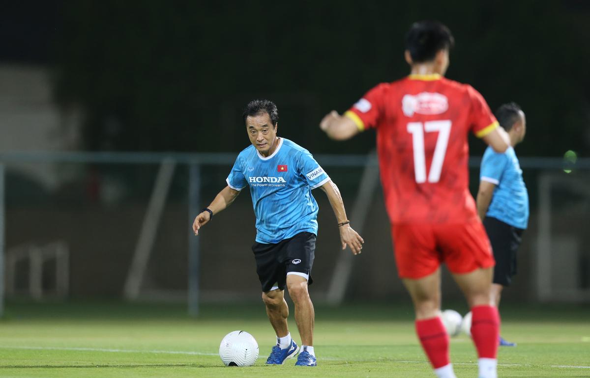 Thay thế HLV Park trực tiếp chỉ đạo đội tuyển trong trận đấu sẽ là trợ lý thân tín Lee Young-jin (Áo xanh)