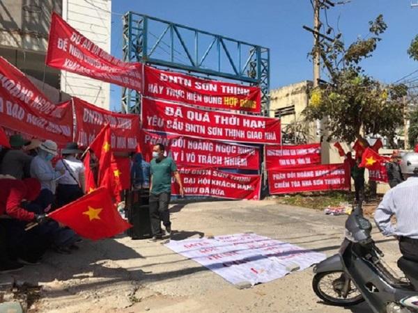 Đã nhiều lần hàng chục người dân căng băng rôn phản đối chủ đầu tư và có đơn tố cáo chủ Doanh nghiệp tư nhân Sơn Thịnh có hành vi