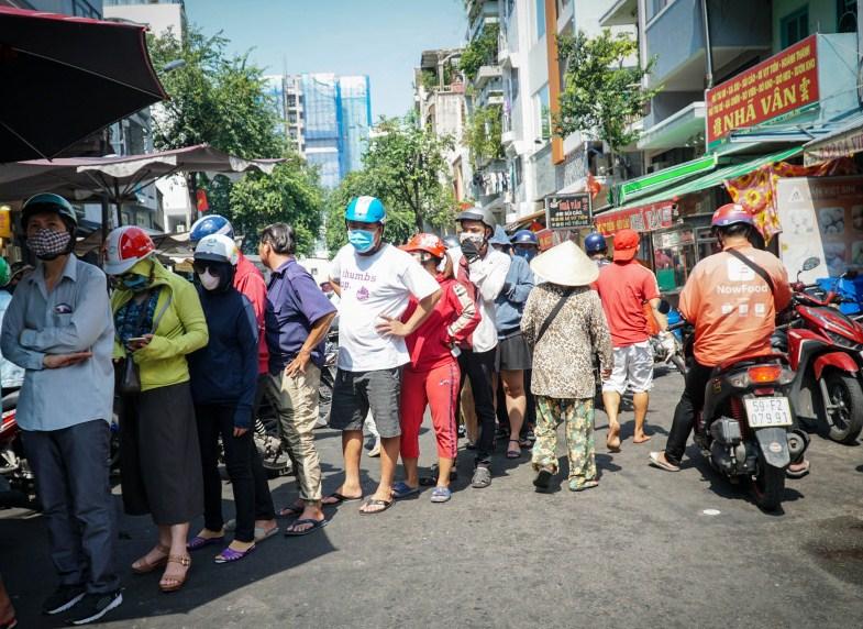 Xếp hàng cả chục mét chờ mua heo quay cúng Tết Đoan Ngọ