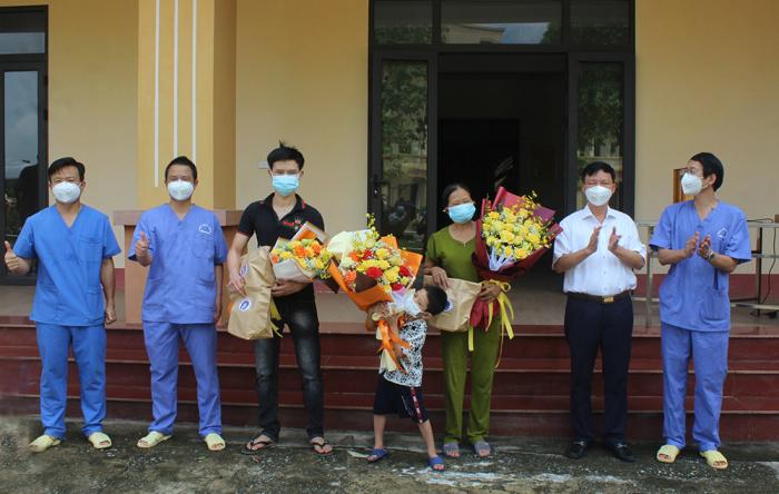 Bệnh viện dã chiến tỉnh Phú Thọ tặng hoa chúc mừng 3 bệnh nhân khỏi bệnh