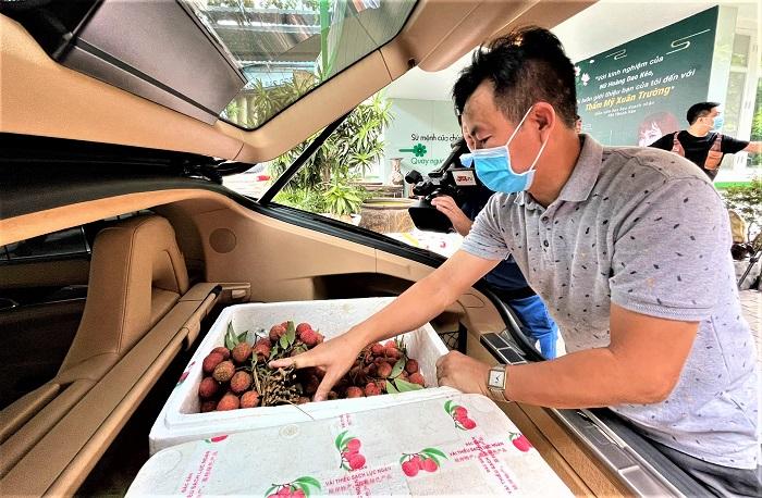 Bác sĩ Đỗ Xuân Trường kiểm tra hàng trước khi giao cho khách