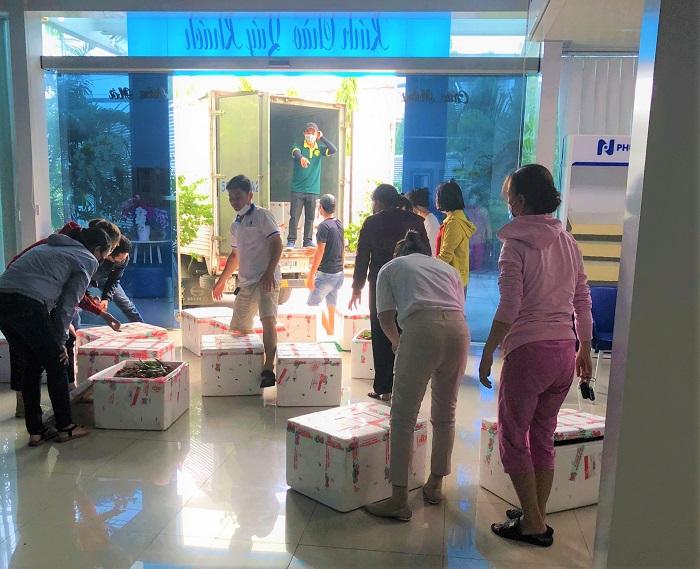 Công ty Phương Nam tranh thủ giờ nghỉ đóng gói theo đơn để giao cho khách