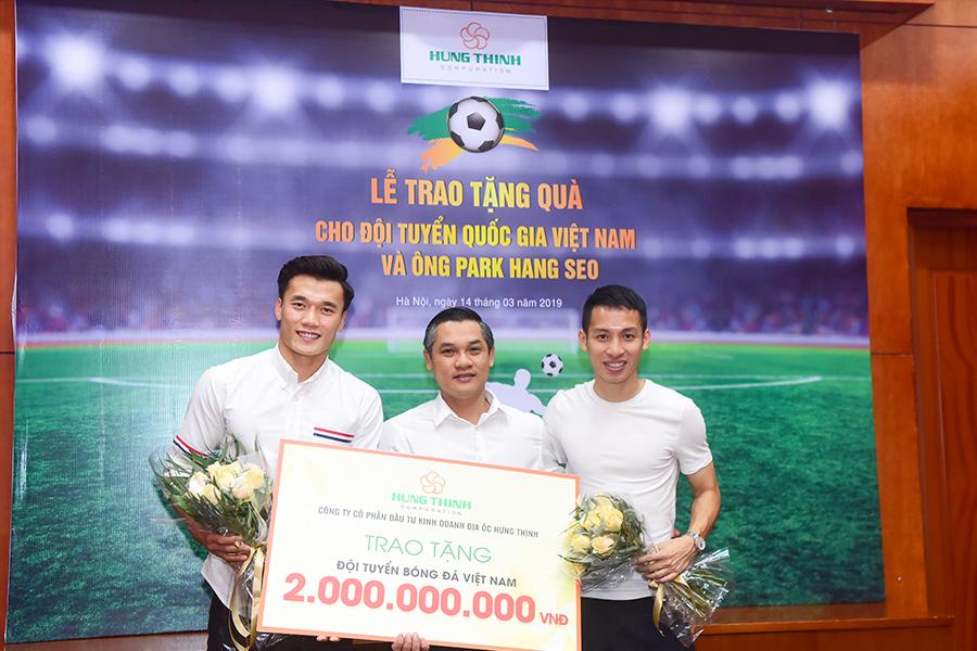 Tập đoàn Hưng Thịnh trao tặng 2 tỷ đồng tiền thưởng cho đội tuyển Việt Nam với thành tích xuất sắc tại giải vô địch Châu Á (Asian Cup)