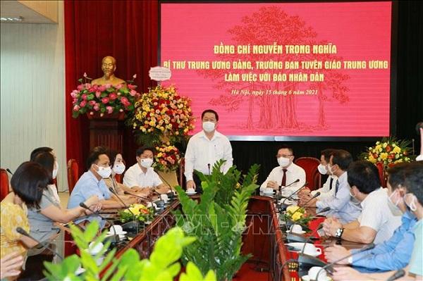 Trưởng Ban Tuyên giáo Trung ương Nguyễn Trọng Nghĩa thăm, chúc mừng Báo Nhân Dân