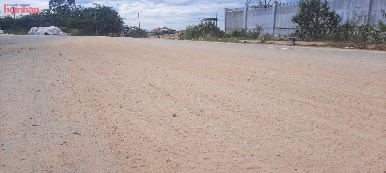 Mặt đường ra vào bãi cát trái phép, cát rơi vãi khắp mặt đường, gây ô nhiễm môi trường, tiềm ẩn nguy cơ gây TNGT, cho người tham gia giao thông cho người dân sinh sống quanh..