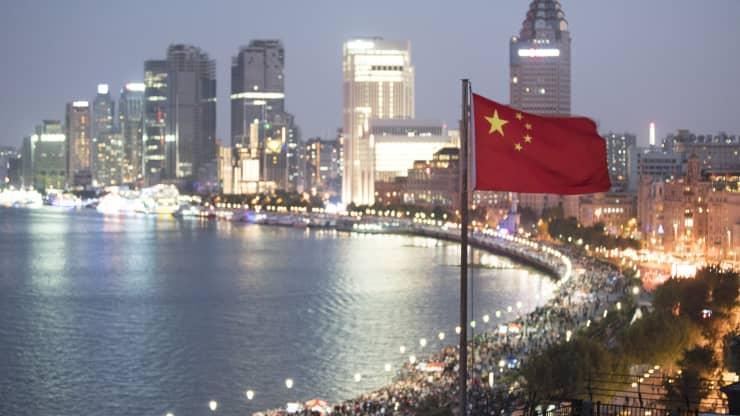 Cờ Trung Quốc vẫy trước cảnh quan thành phố Thượng Hải.