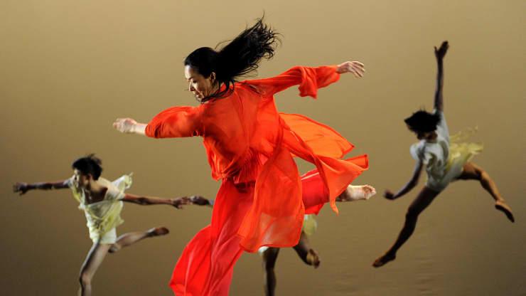 Jin Xing (áo đỏ) biểu diễn lần đầu tiên sau hơn 20 năm và lần đầu tiên với tư cách nữ giới trong buổi thử trang phục vào ngày 31 tháng 1 năm 2012, trước khi khai mạc tại Nhà hát Joyce.