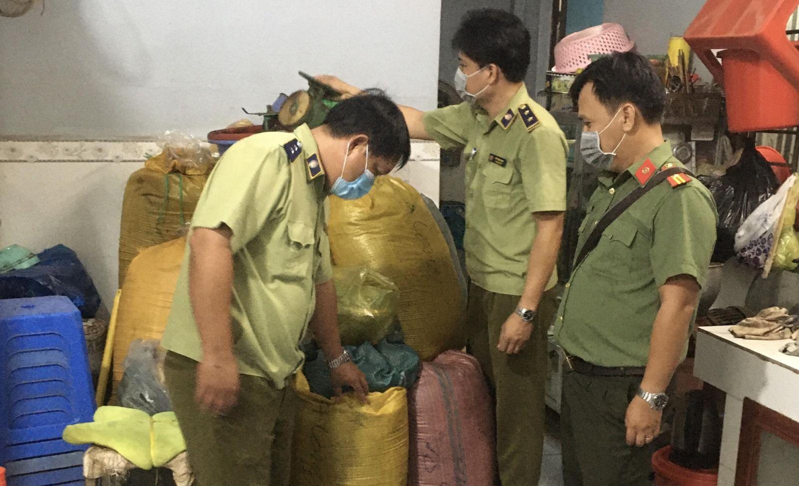 Lực lượng chức năng đang kiểm tra tại cơ sở sản xuất trà, cà phê Long Bình