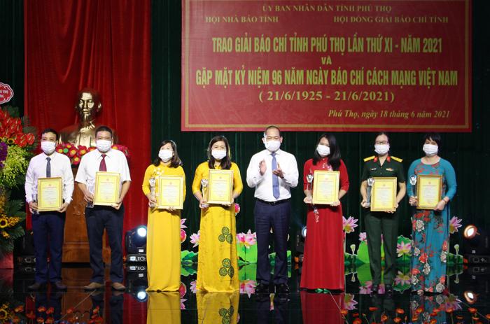 Phó Bí thư thường trực tỉnh ủy Phú Thọ trao giải A cho các tác giả, nhóm tác giả đạt giải