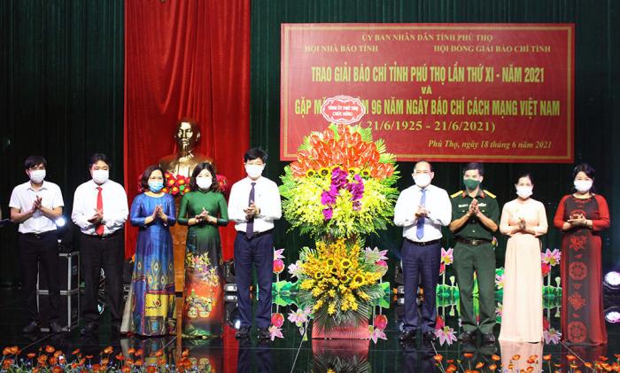 Phó Bí thư thường trực tỉnh ủy Phú Thọ tặng hoa chúc mừng Hội nhà báo tỉnh nhân ngày 21/6