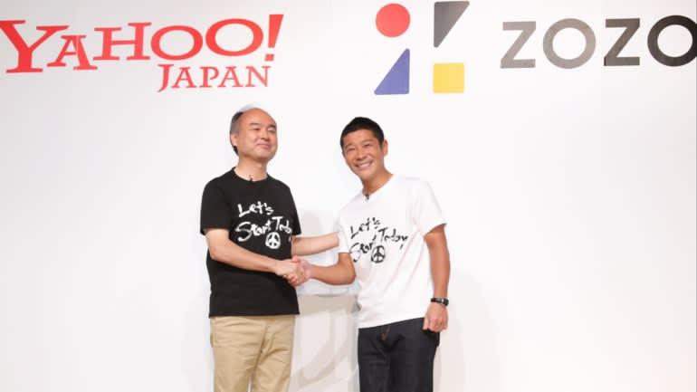 Người sáng lập Zozo Yusaku Maezawa, phải, bắt tay Chủ tịch kiêm Giám đốc điều hành Tập đoàn SoftBank Masayoshi Son tại thông báo về việc hợp tác với Yahoo Nhật Bản vào năm 2019.