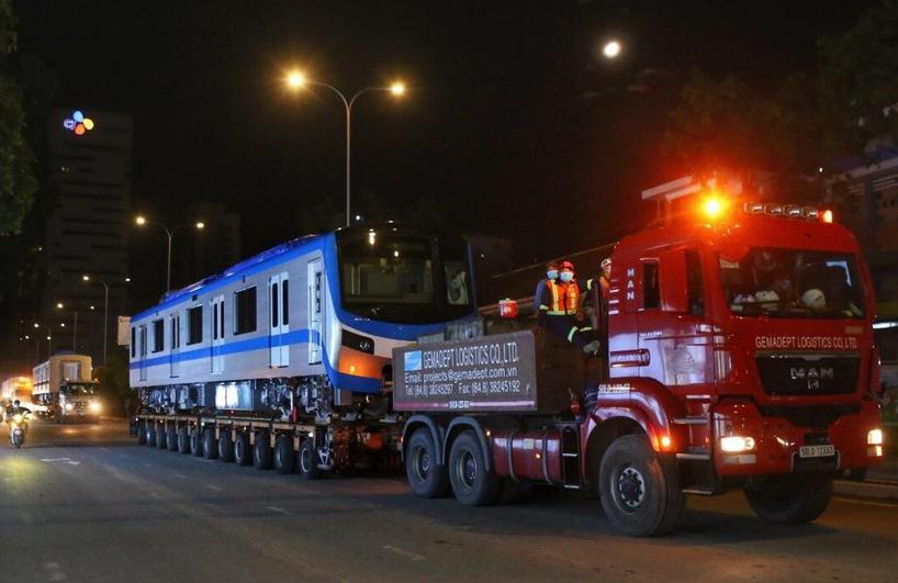 Lúc 0h ngày 21-6, đoàn tàu số 4 được 3 xe siêu trường, siêu trọng vận chuyển về depot Long Bình