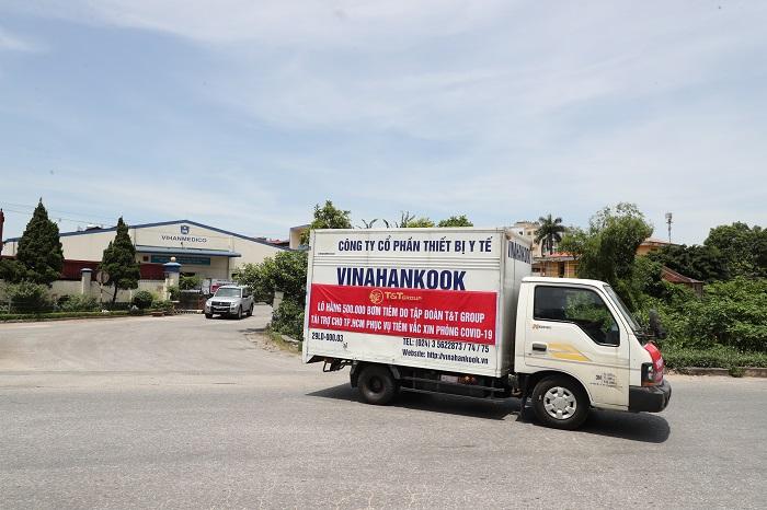 Lô hàng rời Nhà máy của Công ty thiết bị y tế VINAHANKOOK tại Hà Nội để vận chuyển vào TPHCM bằng đường hàng không.