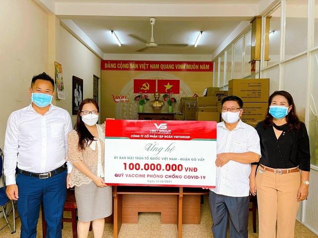 Ủy ban MTTQ quận Gò Vấp cũng nhận được số tiền ủng hộ 100 triệu đến từ Tập đoànVsetGroup