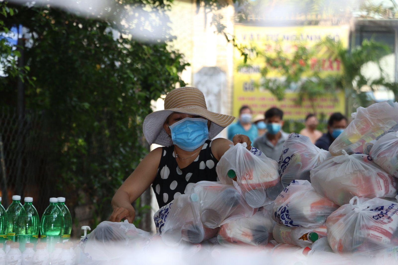 Người lao động tuần tự đến lấy quà hỗ trợ
