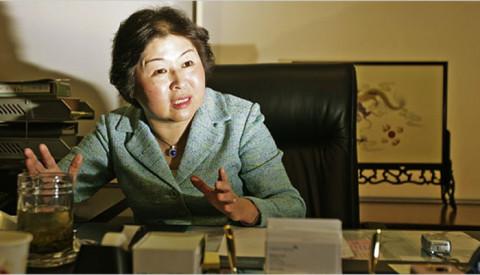 """""""Nữ hoàng rác"""" Zhang Yin: xây dựng cơ đồ từ con số 0, khởi nghiệp từ thu mua giấy vụn và bìa cũ"""