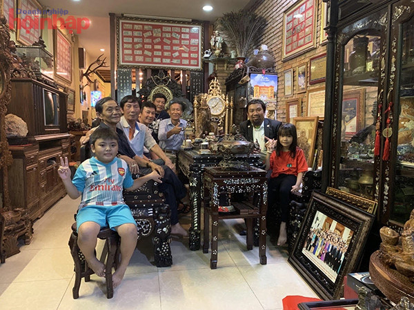 Doanh nhân Nguyễn Hoàng sang cùng các doanh nhân chụp tại phòng tranh tiền phong thủy Xưa và Nay