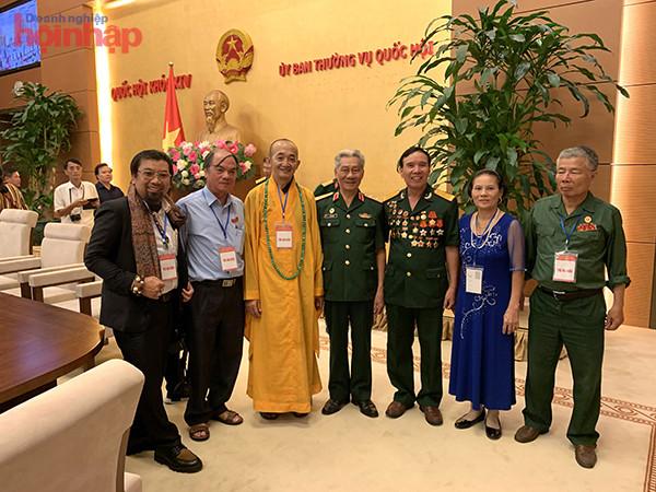 Doanh nhân Nguyễn Hoàng Sang chụp cùng Trung tướng Lê Văn Hân và một số doanh nhân tại Văn phòng Quốc hội.