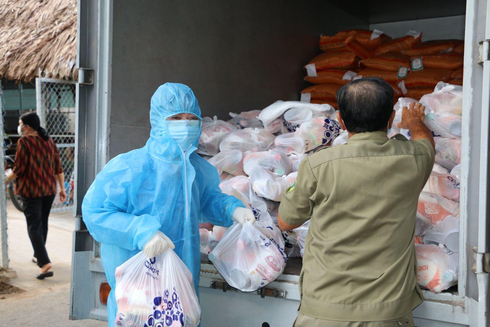 Bà Nguyễn Kim Loan, Chủ tịch LĐLĐ tỉnh Bình Dương trực tiếp tham gia hỗ trợ chuyển quà đến khu phong tỏa