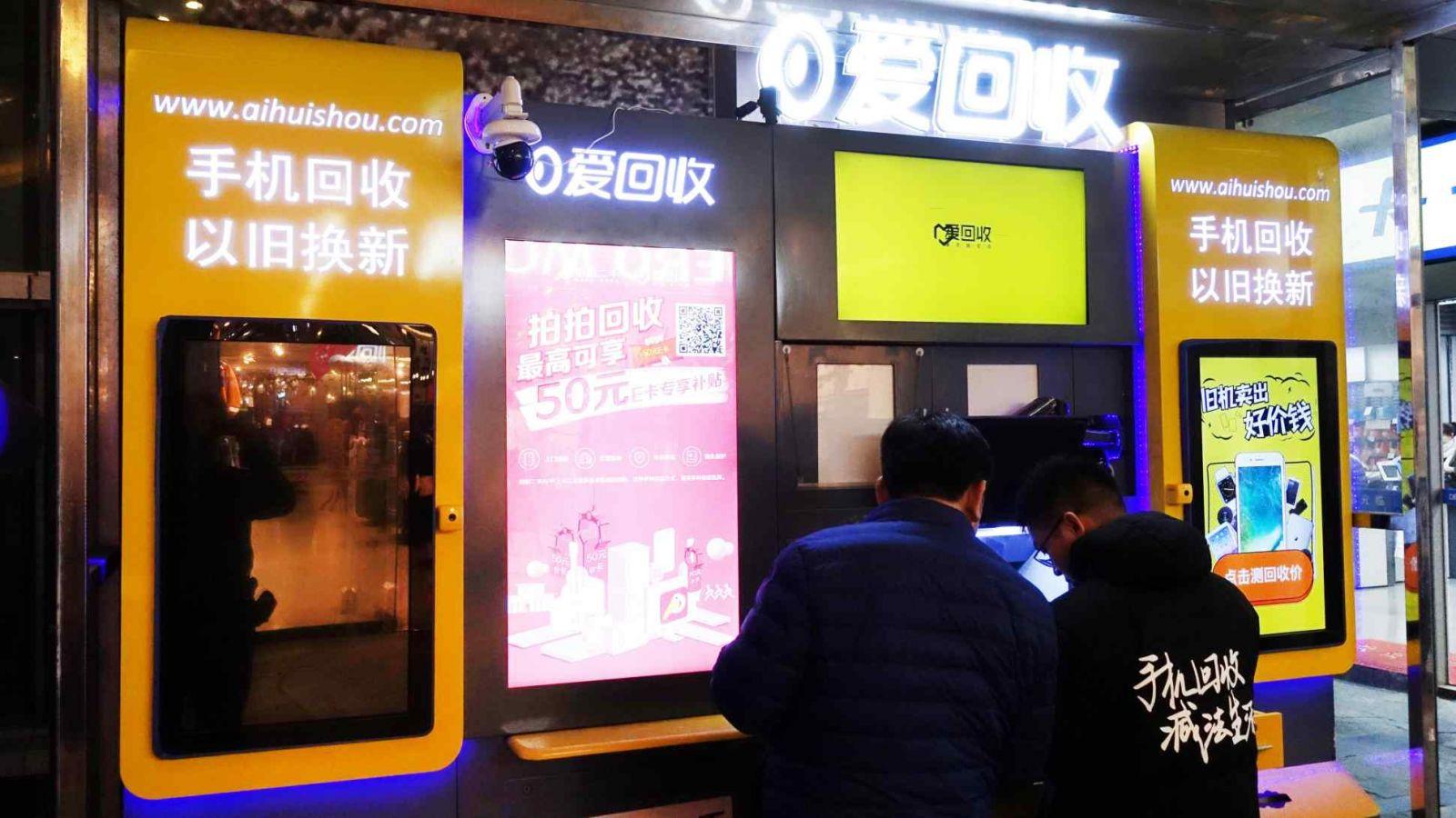 Cổ phiếu của AiHuiShou International, công ty vận hành một nền tảng trực tuyến để người tiêu dùng bán điện thoại thông minh đã qua sử dụng và các thiết bị điện tử khác, đã tăng 22,9% khi ra mắt trên NYSE vào thứ Sáu ngay cả khi thị trường rộng lớn hơn giảm. © AP