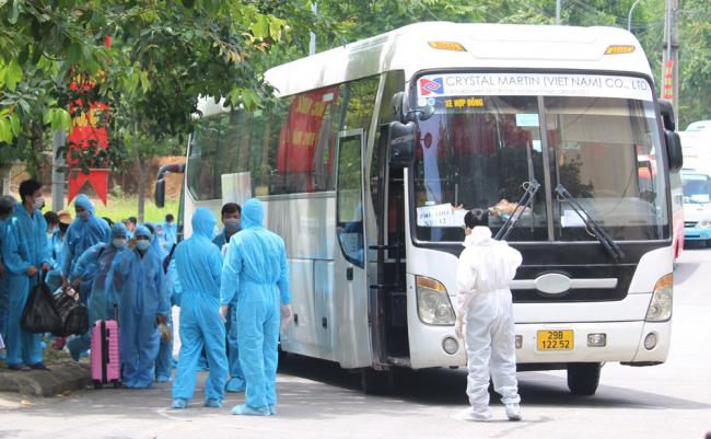 Đúng 10h 30 phút đoàn xe chở công nhân từ Bắc Giang dã về đến Phú Thọ