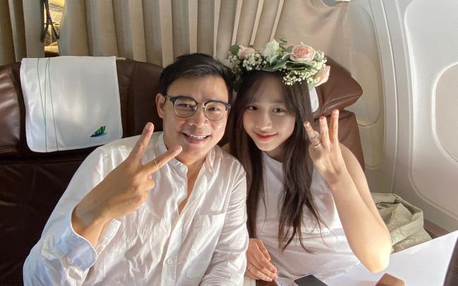Mới đây, CEO Hùng Đinh đã cầu hôn thành công bạn gái kém 16 tuổi. Màn cầu hôn lãng mạn trên máy bay của cặp trai tài gái sắc đang gây bão mạng xã hội. Nguồn ảnh: Internet
