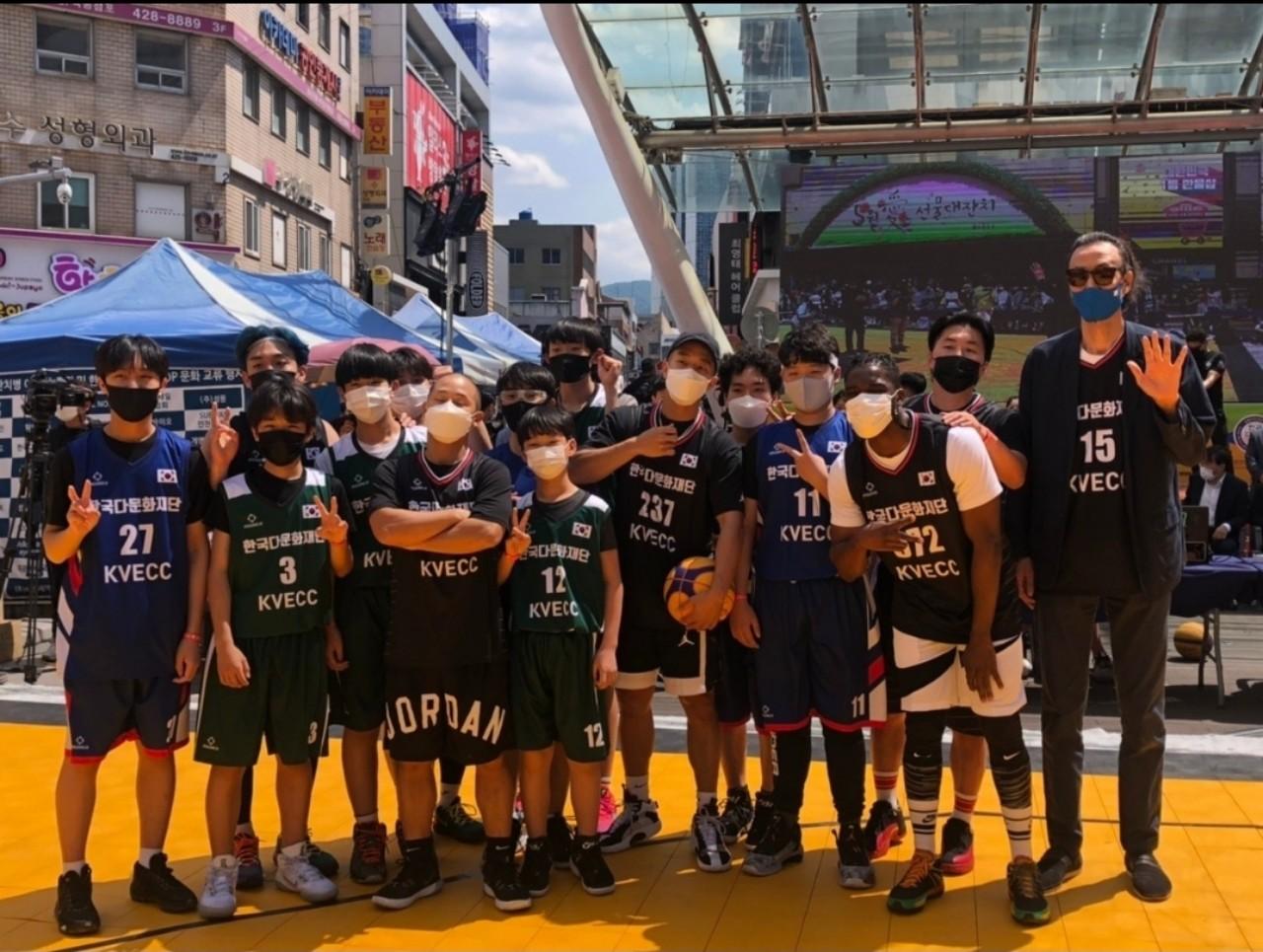 Đội đại diện đội bóng rổ thanh thiếu niên YKK, đội đại diện đội thanh thiếu niên PEC, Huấn luyện viên Han Gi –bum, ca sĩ Mighty Mouse Shorry, Lee Sang-cheol, Sam Okeyere, diễn viên Park Jae-min