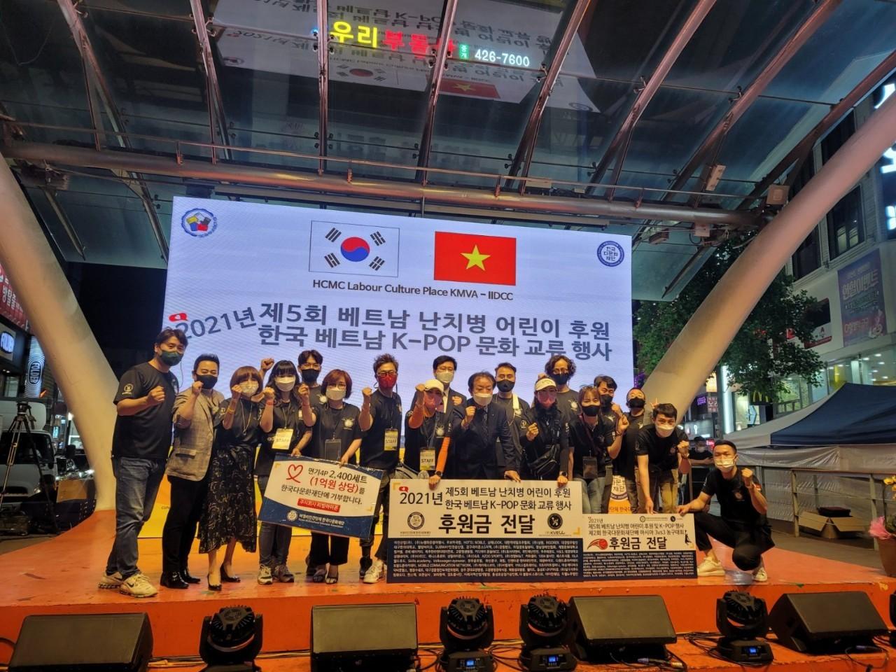 Lễ ra mắt đoàn thiện nguyện 1004, Chủ tịch Lee Ji Sun, trưởng đoàn Lee Seung Min và các thành viên của Tổ chức đa văn hóa Hàn Quốc
