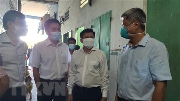 Thứ trưởng Bộ Y tế Nguyễn Trường Sơn kiểm tra, thị sát khu nhà trọ tại phường Định Hòa, TP. Thuận An. (Ảnh: Văn Hướng/ TTXVN)