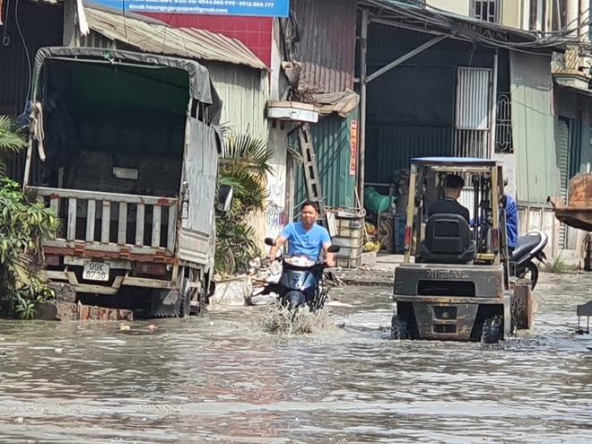 Xả thải ngập đường, Công ty giấy Phú Trường bị phạt hàng trăm triệu và đình chỉ hoạt động