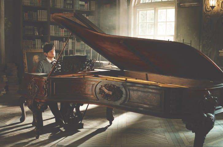 Nam ca sĩ bên cây đàn piano