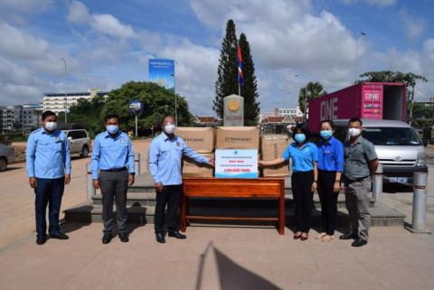 Hội LHTN Việt Nam trao tặng khẩu trang chống dịch cho nước bạn Campuchia