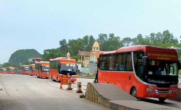 Đoàn xe đón công nhân từ tỉnh Bắc Giang về đến địa phận tỉnh Thanh Hoá