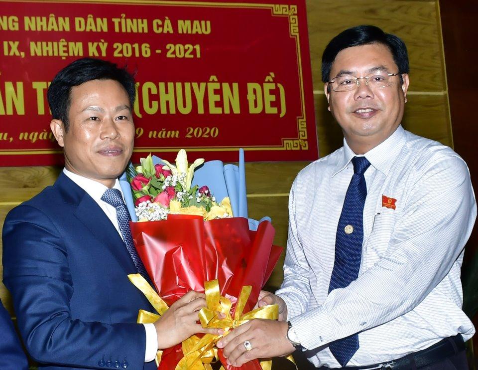 Ngày 3/9/2020, Bí thư Tỉnh uỷ Nguyễn Tiến Hải (phải) tặng hoa chúc mừng ông Lê Quân được đại biểu HĐND tỉnh bầu giữ chức Chủ tịch UBND tỉnh tại Kỳ họp lần thứ 13 (chuyên đề) Khoá IX, nhiệm kỳ 2016-2021 .