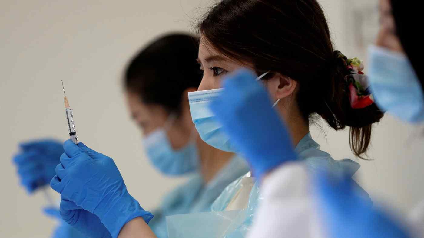 Một nhân viên y tế chuẩn bị một liều vắc-xin Pfizer-BioNTech tại sân vận động Noevir, Kobe, Nhật Bản, vào ngày 12 tháng 6. © Reuters