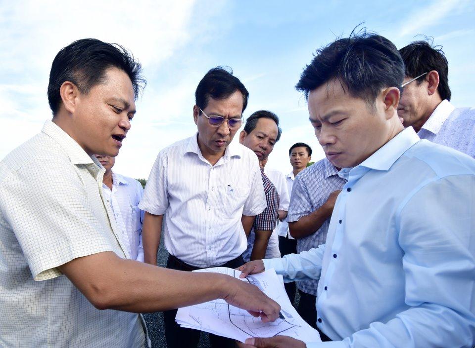 Phó bí thư Tỉnh uỷ, Chủ tịch UBND tỉnh Cà Mau Lê Quân (bìa phải) thị sát tình hình quy hoạch, xây dựng Khu Kinh tế Năm Căn, huyện Năm Căn ngày 7/10/2020.