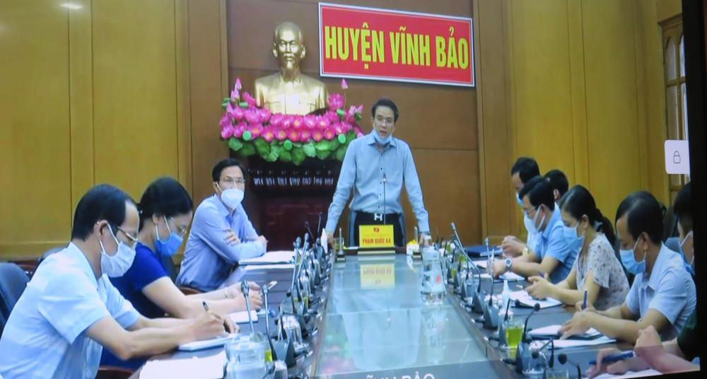 Đống chí Phạm Quốc Ka Bí thư huyện ủy bảo cáo tại điểm cầu huyện Vĩnh Bảo