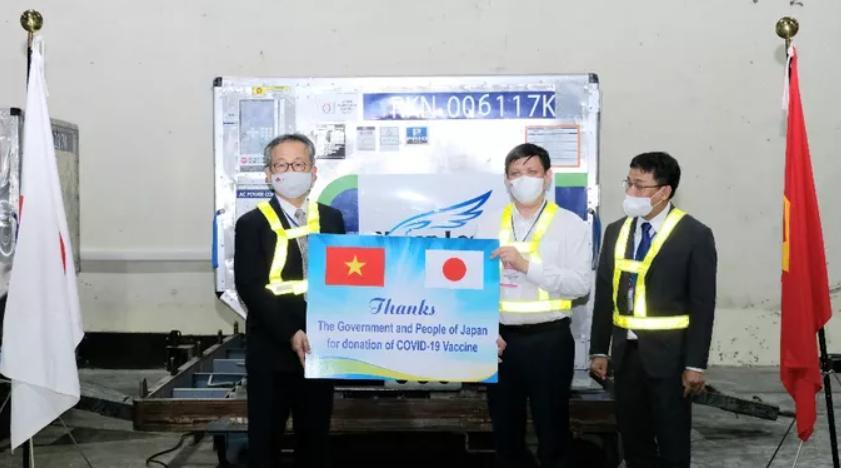 Bộ trưởng Bộ Y tế Nguyễn Thanh Long tiếp nhận lô vắc-xin Covid-19 của Chính phủ Nhật Bản trao tặng cho Việt Nam từ Đại sứ Nhật Bản tại Việt Nam