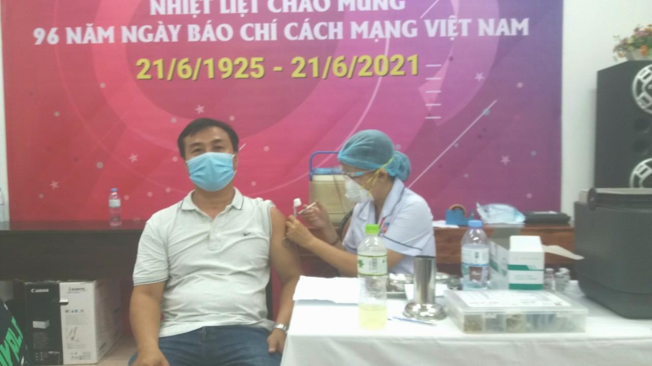 Hình ảnh tiêm Vacxin cho phóng viên Tạp chí Doanh nghệp và Hội nhập nhân ngày Nhà báo VN 21/6
