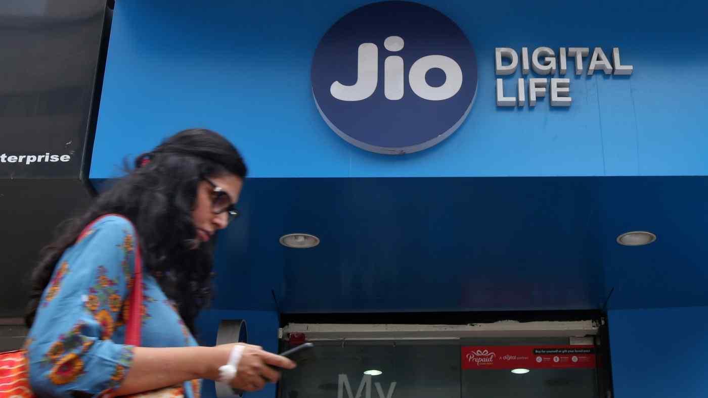 Vào tháng 9, Jio, chi nhánh viễn thông của Reliance Industries, sẽ tung ra một điện thoại thông minh giá cả phải chăng được phát triển đặc biệt cho thị trường Ấn Độ rộng lớn với sự hợp tác của Google. © Reuters