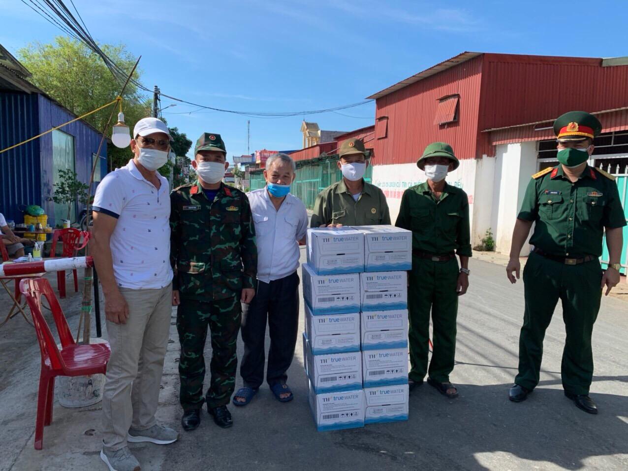 Đại diện Hội đồng dòng họ Vũ Võ tặng quà chia sẻ với lực lượng chống dịch