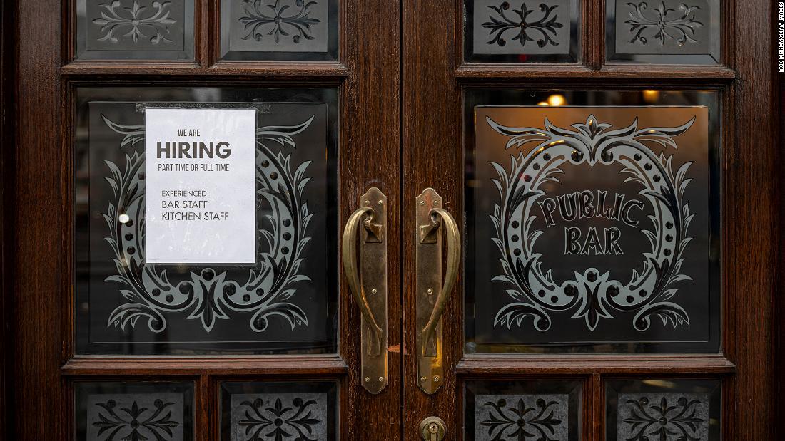 Quán bar treo biển tuyển dụng