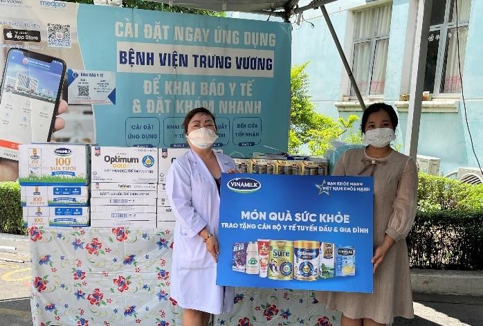 Vinamilk Sure Prevent & Optimum Gold trao tặng quà cho các bệnh viện tuyến đầu nhân Ngày Gia đình Việt nam